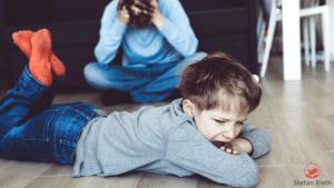 wütendes Kind, verzweifelte Mutter