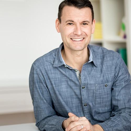 Stefan Rieth schaut lächelnd in die Kamera